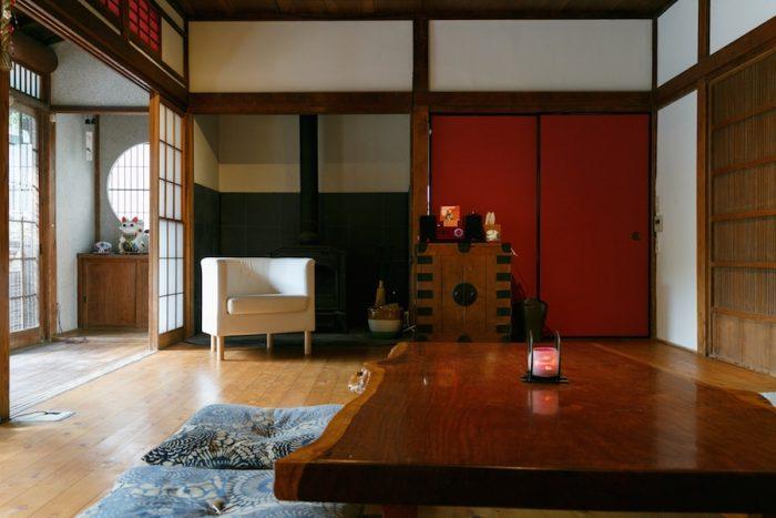 鮮やかな赤色に塗り替えた襖が目を引く。写真の反対側にある襖や床の間の壁も同じ色で塗っている。