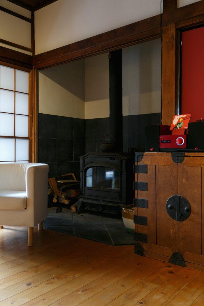 以前の住人によって、かつて押入れだったと思われる場所に薪ストーブが設置されている。「停電のときに薪ストーブが役立ちました」(トモさん)。