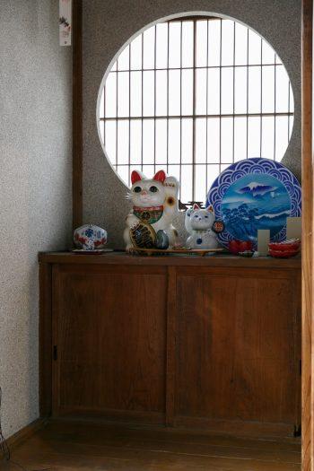 縁側の端にも招き猫や小さな猫の置物を並べて。昭島の自宅では保護した2匹の猫を飼っているそうだ。
