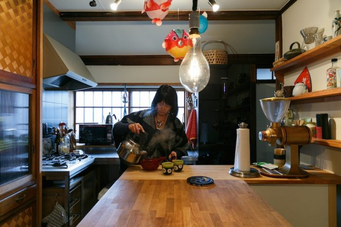 以前の住人がリフォームしたステンレスキッチンや、備え付けの水屋箪笥はそのままに、大きなカウンターを設置して使い勝手良く。「キッチンで料理をしながら、友人とお酒を飲んでいる時間が好きです」とムーさん。
