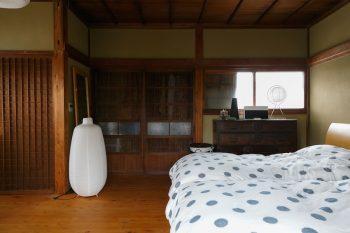 2階の寝室。今では珍しい模様入りのガラスが入った木製建具や窓が、懐かしい雰囲気を醸し出す。