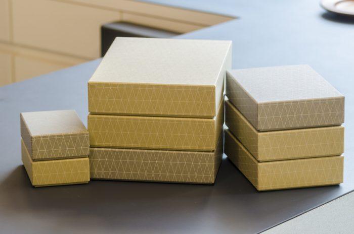 """「現代に適した""""包み方""""を考えるギフトのための新しいブランド」をテーマにした、山本考志さんのブランド「HOW TO WRAP」のボックス。モダンデザインから影響を受けた規則的なパターンの図案が特徴だ。"""