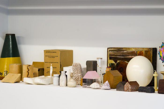 江藤さんのコレクションが飾られたスペース。「家モチーフが好きなので自然と集まります」。