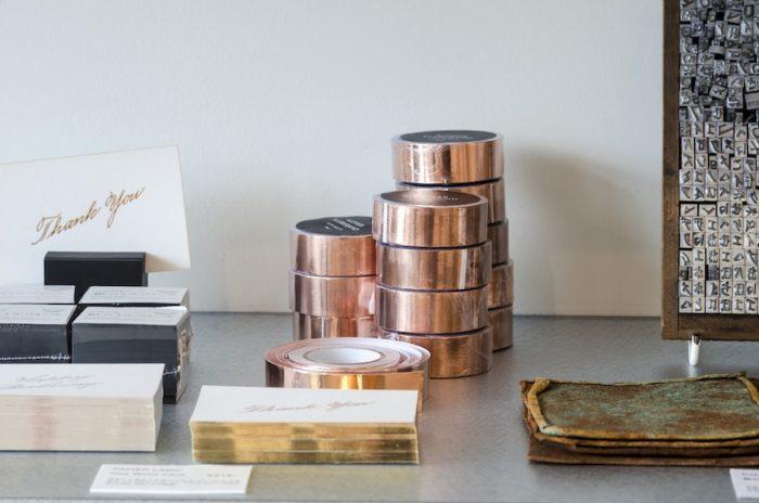 LUIBANのCopper Tapeはアルミホイルのような薄さの銅のテープ。手の脂や酸化により経年変化が楽しめるアイテムで、手でちぎった時に出るシワの表情もユニーク。