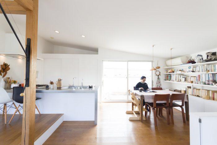床はすべての居住空間でホワイトオークの無垢材を使用。あえて幅広の板を選び、広さが感じられるようにした。