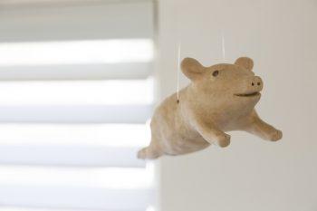 陶芸家・白倉えみさんの作品。さり気なく吊るされたコブタが愛嬌たっぷり。