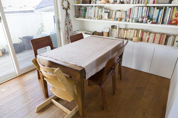 昔から使っているダイニングテーブルは古道具屋さんで購入。本棚の下の収納もDIYで取り付けた。