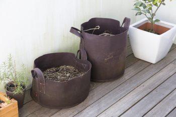 ウッドデッキのベランダでは植物を育てる。穏やかな空気が流れる。