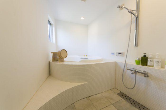 広々とした贅沢な造りのジャグジー付きバスルーム。1日に何時間も入ることもあるのだそう。