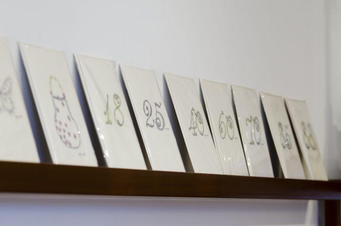柔らかな色合いとさりげないラメでナンバーが描かれたカードはアメリカ製。誕生日や記念日にまつわる数字を選んで贈りたい。