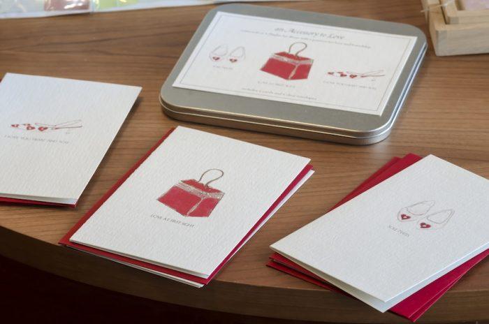 缶のケースに入ったカードと封筒のセットは3種類入り。カードを使用した後のケースにはもらったカードを大事にしまうのに最適。