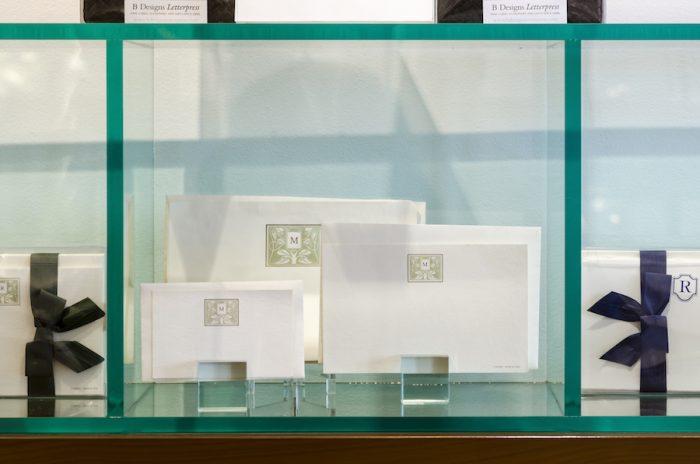 イタリア「IL PAPIRO」のアイテム。品のあるイニシャルがポイントに。名刺サイズからインビテーションカードまで全4種類。