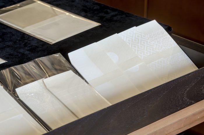 京都「かみ添」のぽち袋。多様な版木を使い、手摺りによって文様を写した「型押し」で作られている。