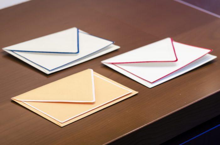 ドイツ製のハンドボーダーのカードと封筒のセットは熟練の職人による、丁寧な縁取りが印象的。年月が経っても色褪せにくい紙を使用している。