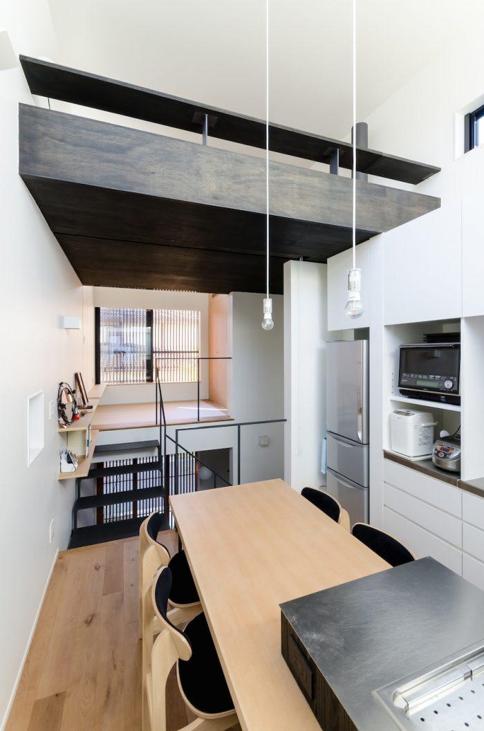 ダイニングキッチンから道路側につくられた和室を見る。上がロフト。