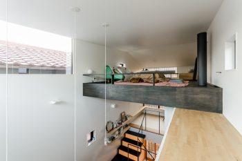 南側に設けられたハイサイドライトがダイニングキッチンに十分な光をもたらす。