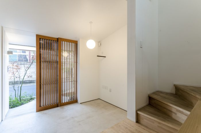 木の格子戸がオープンな雰囲気をつくり出しているが、閉めていれば内部はあまりよく見えない。