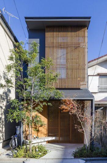 格子戸が特徴的な太田邸の外観。蔵と同じように、屋根の棟と平行する側に玄関を設け平入とした。
