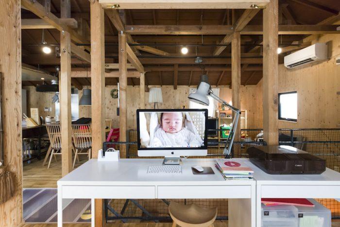 合板の壁、木の柱と天井が暖かさを感じられる室内。耐震設計など必要最低限のリノベーションを終えた物件を購入した。