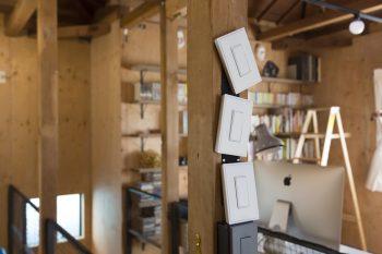 ベルクロで壁に貼り付けてあるだけなので、取り外して好きな場所に付け替えられるスイッチ。