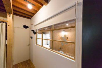 「玄関の横のスペースには室内窓をつけた壁を作り、寝室にしました」