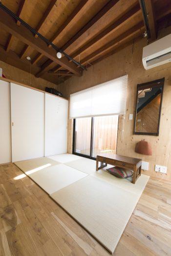 「和の空間も欲しかったので、1階には置き畳を敷いたスペースを作りました。将来的には壁で仕切って子ども部屋にもできます」