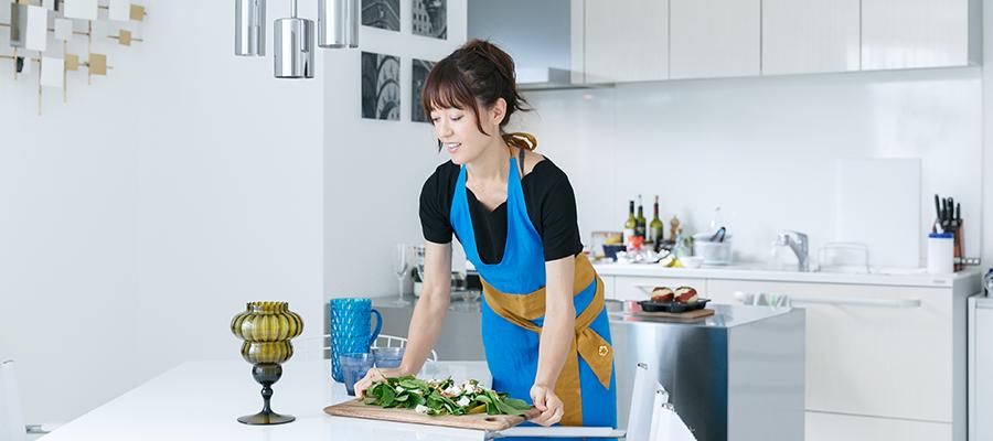 自宅で料理教室鮮やかな食材が映えるキャンバスのようなキッチン