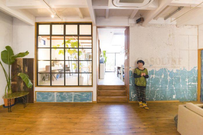 広々としたリビング。わざと汚しを入れた無垢のスギ材の床に、個性のある壁紙をコーディネート。