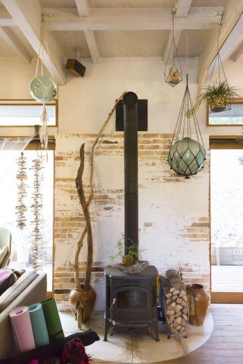 薪ストーブも、どうしても欲しかったもののひとつ。色ムラのあるレンガをあしらった壁面が、味わいを感じさせる。