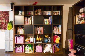ヨガ教室には子ども連れで訪れるママたちも多い。ママたちのレッスン中に子どもたちが自由に遊べるようにとオモチャを用意。