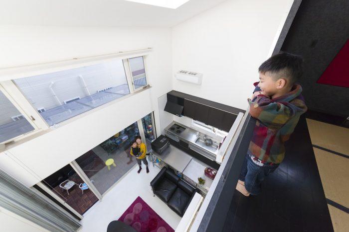 1階と2階は吹き抜けでつながっている。スチールの手すりは、建築家・久保さんのオリジナル。