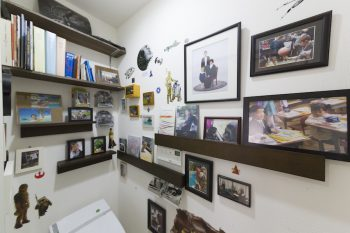 子どもたちの成長の記録をディスプレイしたトイレ。信男さんが設置した棚のバランスが絶妙。