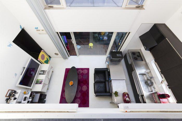 2階から1階を見下ろす。「ワンルームでキッチンが丸見えなので、いつもきれいにしておくよう心掛けています」と佐和子さん。