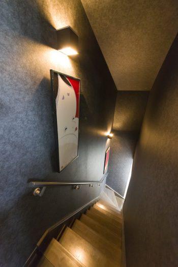 手ぬぐいを額に入れ、ライトアップ。階段がまるでギャラリーのよう。
