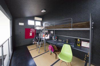 将来2部屋に分ける可能性も考慮して、天井高は3m強と高く設定。