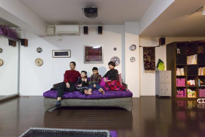 バリ製の家具に、中国やトルコなどで購入した布やお皿をディスプレイ。アジアンテイストを意識した空間は、ヨガスタジオの雰囲気を盛り上げている。