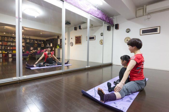 自在に動かすことができるソファを後ろに寄せれば、ヨガマットを7枚ほど敷けるそう。壁一面の鏡の裏側は納戸兼収納。信男さんが造ったもの。