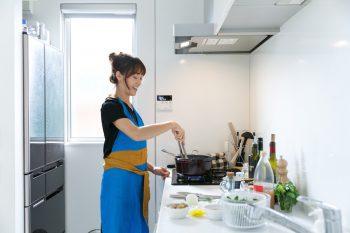明るく、使い勝手のいいキッチン。冷蔵庫の上にインターネット関連の機器を隠して収納するスペースをつくってもらった。