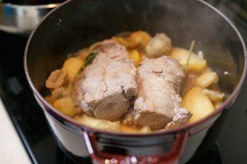 豚の塊肉にリンゴと栗を合わせたローストポーク。味付けはリンゴジュース、鶏がらスープの素、セージで。意外な食材を絶妙に足し算するのが、まりこさんの料理の魅力だ。