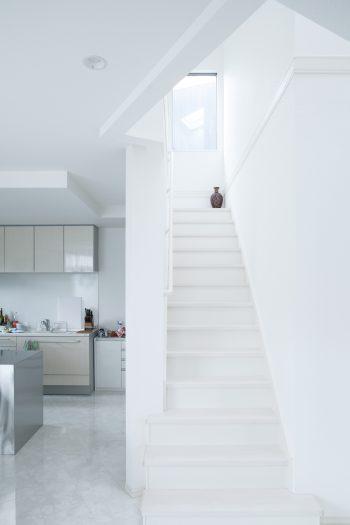 2階LDKから3階へ上がる階段。トップライトからの光が柔らかく差し込む。