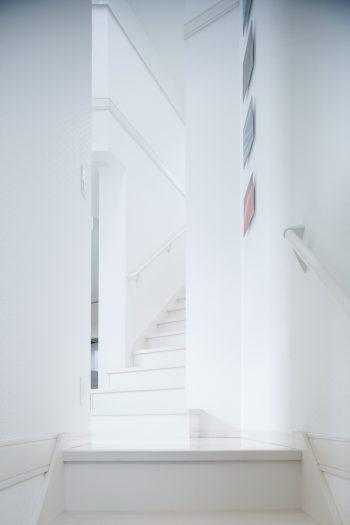 土地の形状を生かし、上下階の階段の位置をずらして設計。1階から階段の先が見通せず、来訪者にはワクワク感も。