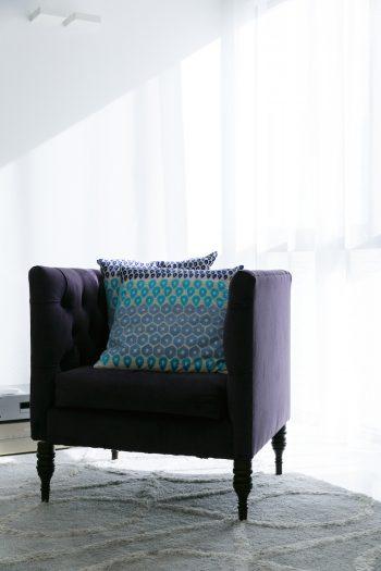 パープルの1人掛けソファは、アメリカで購入したもの。白に囲まれた空間に鮮やかな色が引き立つ。