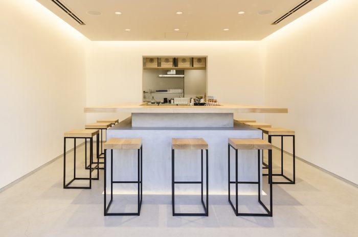現代の茶室をイメージしたという店内。「お茶を煎れる所作も見てもらいたい」と設けられたコの字型のカウンター越しにバリスタが目の前でドリップ。