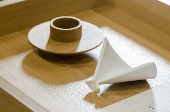 「green brewing」はすべて日本製。滋賀県で作られるスタンドにセットするのは平型と深型のドリッパーでこちらは長崎県の波佐見焼き。それを支えるのは木地のホルダー。