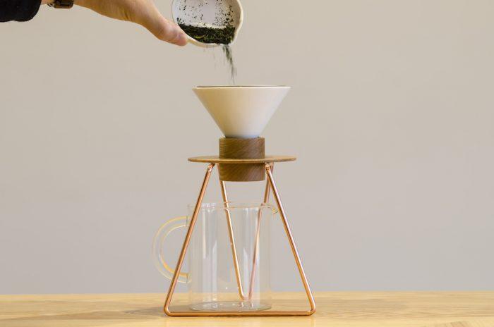 スタンドにドリッパーをセットし50gの茶葉をいれる。