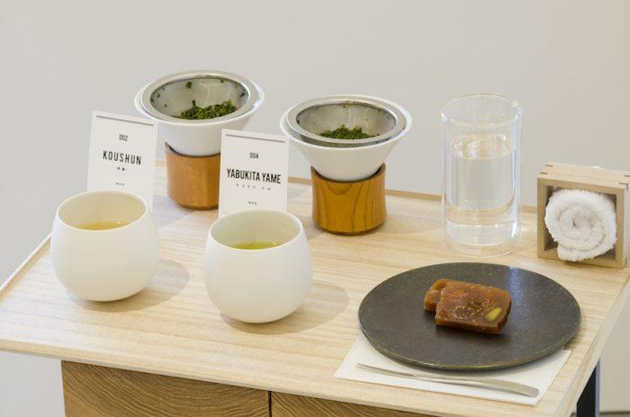 ハンドドリップ煎茶 2種類飲み比べ+お茶菓子 1,300円。茶葉も一緒に。茶葉の広がり、色の出具合、香りなどをじっくり見ることができる。