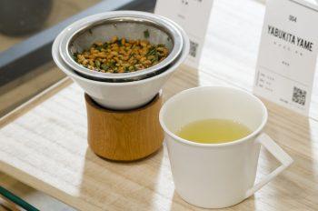 最後は玄米茶で蒸らしていただくのが東京茶寮流。芳ばしい香りが立ち込める。