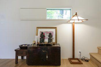 1階の階段前には李朝の箪笥の上にバリの骨董屋で購入した対の像が置かれている。