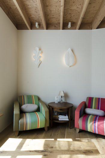 一人掛けの椅子はフランスの生地で張り直した。この家なら落ち着いた色合いが似合うところをあえて鮮やかな色を選んでいる。