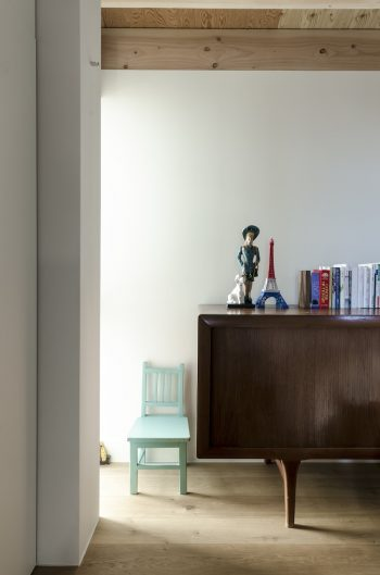 寝室奥にもスリット状の開口があり、暗めの空間にグラデーショナルに光が広がる。
